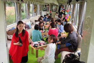 「おくいずも女子旅列車」で奥出雲地方の地酒の魅力を伝える利き酒師の石原美和さん(左)(8月25日)