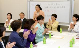国政でも女性の政治参加は道半ば(政治分野の男女共同参画推進法成立を喜ぶ超党派の議員連盟、5月)