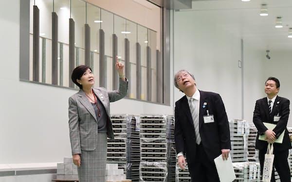 豊洲市場開場記念式典を前に視察する小池都知事(左)=13日午前、東京都江東区