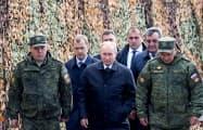 13日、ロシアの軍事演習「ボストーク(東方)2018」を視察するため、東シベリア・ザバイカル地方の演習場に到着したプーチン大統領(前列中央)=タス共同