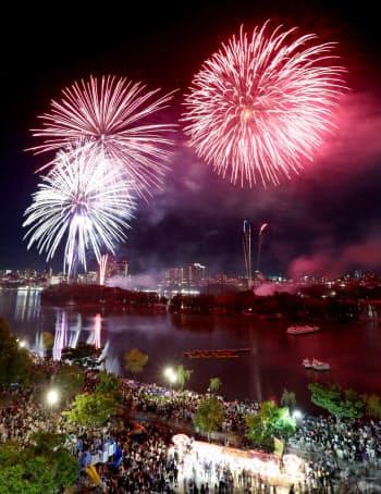 今年8月1日に開かれた56回大会が最後になった「西日本大濠花火大会」(福岡市中央区)