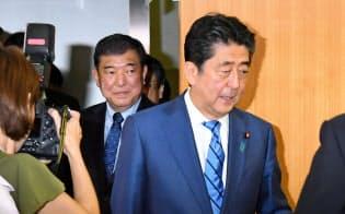 総裁選の共同記者会見に臨む安倍首相と石破元幹事長(9月10日、自民党本部)