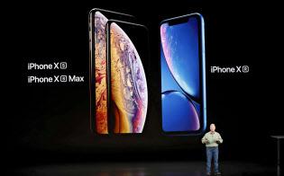 アップルの新スマホ「iPhone XS」「XS Max」「XR」を発表する米アップルのフィル・シラー上級副社長(9月12日、米クパチーノのアップル本社)=ロイター
