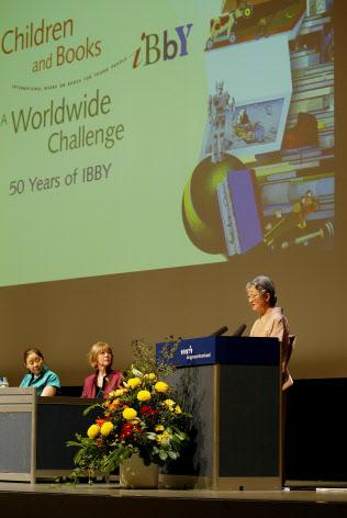 国際児童図書評議会(IBBY)創立50周年記念大会の開会式でスピーチする皇后さま(スイス・バーゼル)=時事