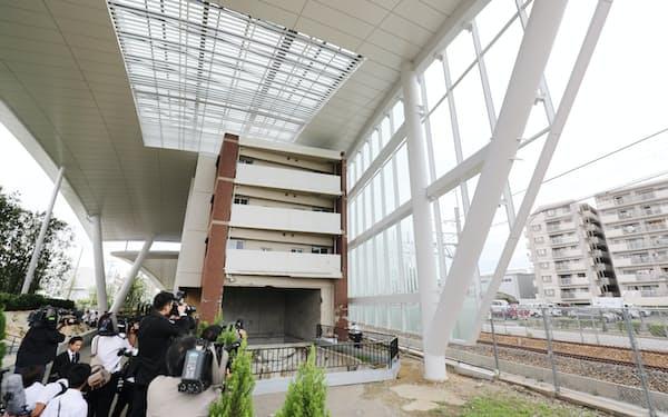 公開された「祈りの杜 福知山線列車事故現場」(14日午後、兵庫県尼崎市)