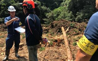伐採業者から聞き取り調査するパトロール隊(8月、宮崎県門川町)