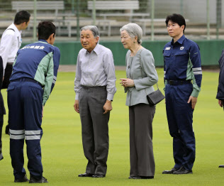 西日本豪雨の被災地を見舞うため、岡山県倉敷市の真備総合公園に到着した天皇、皇后両陛下(14日)=代表撮影・共同