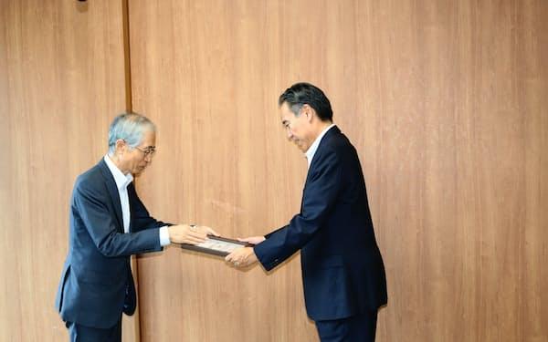 会員証を手渡すイクレイ日本の浜中理事長