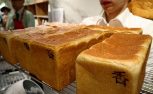 「俺のBakery&Cafe」では、切らずに丸ごと販売する(東京・中央の松屋銀座裏店)