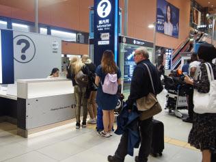 多くの訪日観光客が市街地への交通手段を案内所で尋ねていた(14日、関西国際空港)