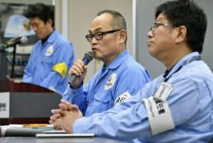 「こうのとり」7号機を載せたH2Bロケットの打ち上げが延期され、記者会見する関係者(15日午前、鹿児島県の種子島宇宙センター)=共同