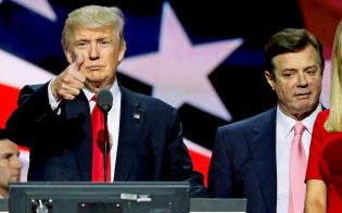 マナフォート被告(右)はトランプ陣営の選対本部長を務めた(16年7月、オハイオ州)=ロイター