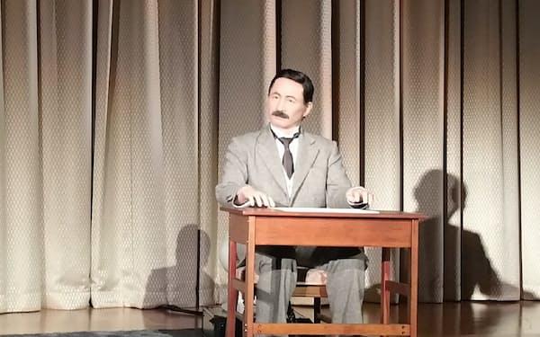 漱石アンドロイドが舞台にあがった(8月、都内シンポジウムで)
