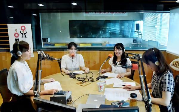 ラジオ収録に臨む武庫川女子大の学生ら(大阪市浪速区のFM OH!)