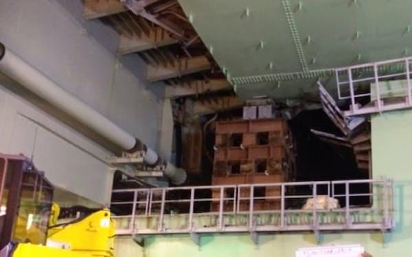 8日には橋桁が横転しないよう、橋の下に仮設台を設置した