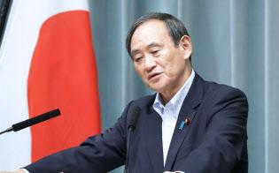 記者会見する菅官房長官(12日午前、首相官邸)