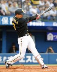 8回阪神1死一、二塁、大山が左越えにこの試合6安打目となる3ランを放つ(16日、横浜)=共同
