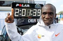 ベルリン・マラソンで、2時間1分39秒の世界新記録をマークして2連覇したエリウド・キプチョゲ(16日)=ロイター