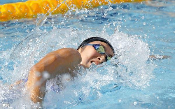 少年女子A100メートル自由形決勝 53秒46で優勝した東京・池江璃花子(16日、敦賀市総合運動公園プール)=共同