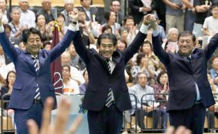 16日、津市で開かれた自民党総裁選の演説会で、聴衆に手を振る安倍首相(左)と石破元幹事長(右)ら=共同