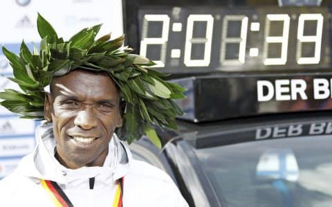 キプチョゲ選手はベルリン・マラソンで2時間1分39秒の世界新記録をマークした=ロイター