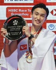男子シングルスで優勝し、表彰式で笑顔の桃田賢斗=共同