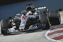 F1シンガポールGP決勝で走行するメルセデスのハミルトン(16日、シンガポール)=ゲッティ共同