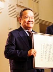 福島県民栄誉賞を受けた西田敏行さん(17日、福島県郡山市)