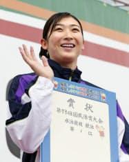 少年女子A50メートル自由形で優勝し、笑顔を見せる東京・池江璃花子(17日、敦賀市総合運動公園プール)=共同