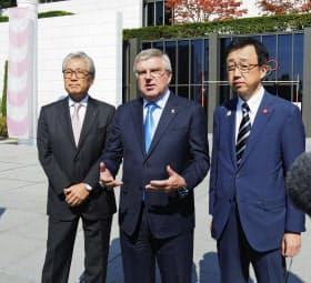 会談後、取材に応じる(左から)JOCの竹田恒和会長、IOCのバッハ会長、札幌市の町田隆敏副市長(17日、スイス・ローザンヌ)=共同