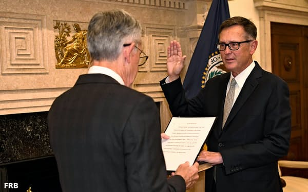 FRBのパウエル議長を前に宣誓し、副議長に就任したクラリダ氏