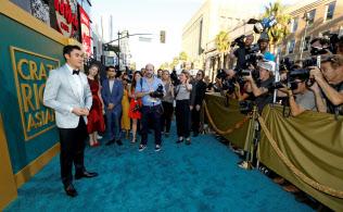 俳優全員がアジア系という映画「クレイジー・リッチ!」が米国でヒットしている(左は主演俳優のヘンリー・ゴールディング)=ロイター