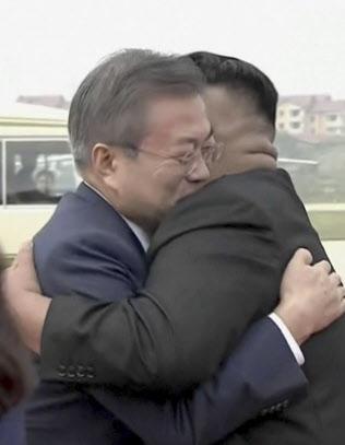 平壌入りし、金委員長と抱き合う韓国の文大統領(18日午前)=平壌映像共同取材団・AP