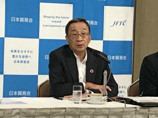 18日、記者会見する日本貿易会の中村邦晴会長(東京都千代田区)