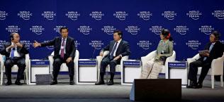 「ASEANに関する世界経済フォーラム」で一堂に会したメコン諸国首脳。左からベトナムのフック首相、カンボジアのフン・セン首相、ラオスのトンルン首相、ミャンマーのアウン・サン・スー・チー国家顧問、タイのプラジン副首相(12日、ハノイ)=ロイター