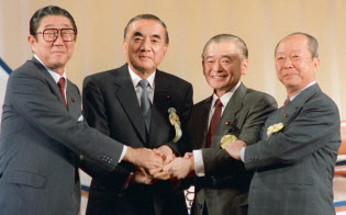 第48回自民党臨時大会で竹下新総裁(左から3人目)を決め、握手する(左から)安倍晋太郎、中曽根康弘、竹下登、宮沢喜一の各氏(1987年10月)