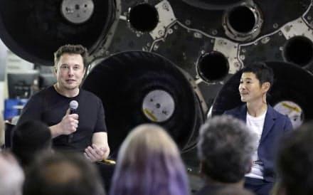 米宇宙ベンチャー「スペースX」のイーロン・マスク最高経営責任者(左)と大型ロケットで月旅行する契約を初めて結んだ前沢友作氏(17日、米カリフォルニア州)=AP