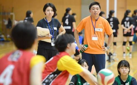 研修で高校生のバレーチームを指導する企業の管理職(東京都小金井市)