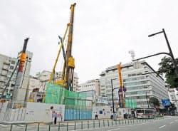 建設が進む「天神ビジネスセンター」。右奥は福岡ビル(福岡市中央区)