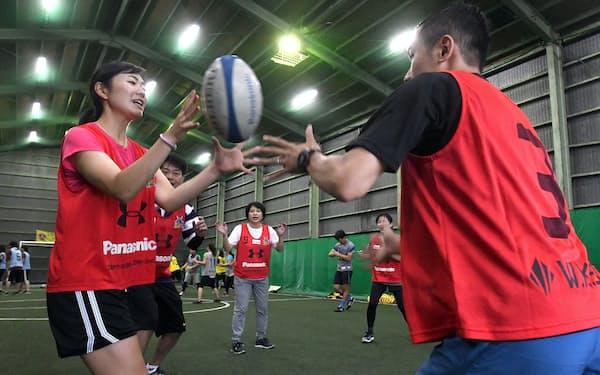 ラグビーボールを使ったエクササイズ「ラグササイズ」を楽しむ女性ら(埼玉県戸田市)