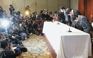 堀江氏らの逮捕について謝罪するライブドアの新経営陣(2006年1月24日、東京・赤坂)