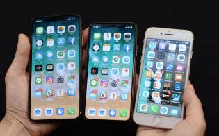 (左から)iPhoneの新機種「XS Max」と「XS」。右はiPhone8
