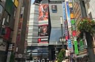 訪日客でにぎわう歌舞伎町1丁目は上昇率が20%に達した(18日、東京都新宿区)