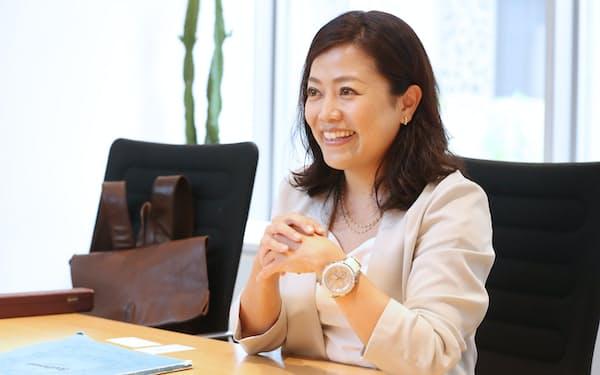 インタビューに答える指揮者の三ツ橋敬子さん