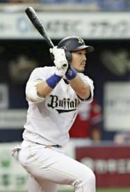 3回オリックス無死満塁、T―岡田が右翼線に2点二塁打を放つ(18日、京セラドーム)=共同