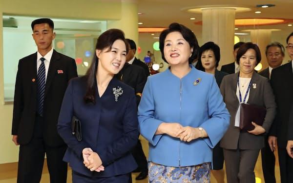 児童病院を見学する李雪主氏(左)と金正淑氏(18日午後、北朝鮮・平壌)=平壌写真共同取材団撮影