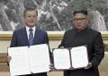韓国の文在寅大統領(左)と北朝鮮の金正恩委員長は合意書に署名した=AP