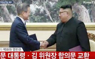 平壌の百花園迎賓館で合意文書に署名後、握手する韓国の文在寅大統領(左)と北朝鮮の金正恩朝鮮労働党委員長=19日(平壌映像共同取材団・共同)