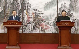 平壌の百花園迎賓館で共同記者会見する韓国の文在寅大統領(左)と北朝鮮の金正恩朝鮮労働党委員長=19日(平壌映像共同取材団・共同)