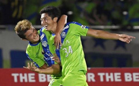5日、ルヴァン杯準々決勝のC大阪戦でゴールを決め、喜ぶ金子(右)=共同